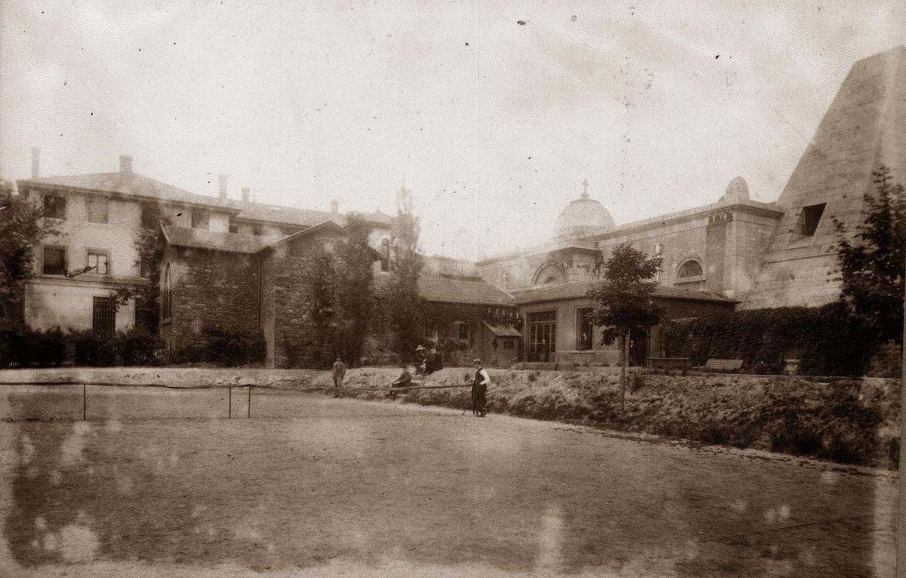 La Chapelle des victimes et les courts de tennis en 1900