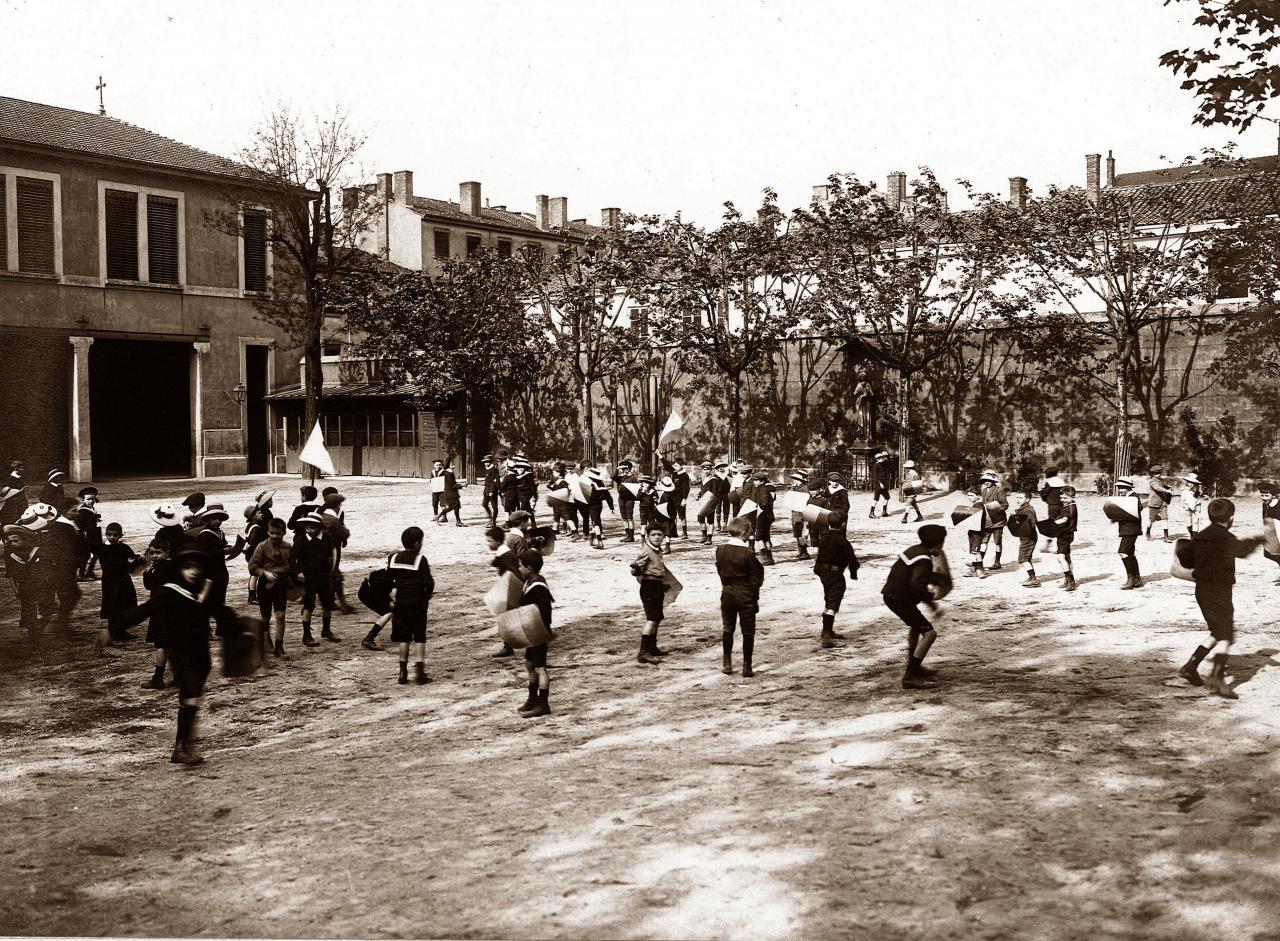 La cour de récréation en 1910